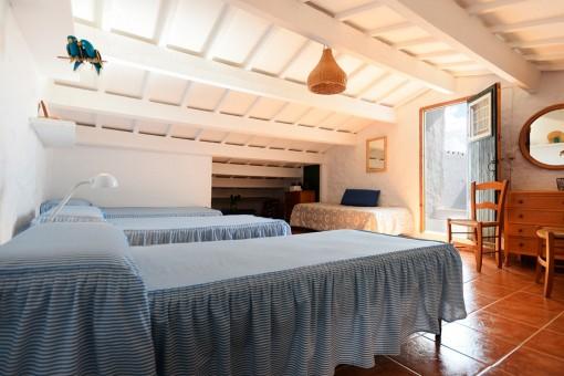 Dormitorio en la planta superior con acceso a la terraza