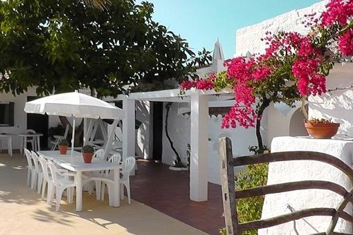 terraza con ambiente menorquin