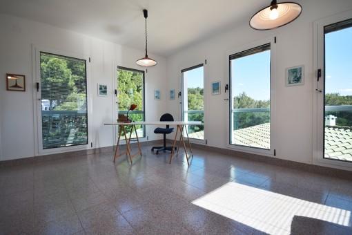 Posible espacio para oficina con grandes ventanas