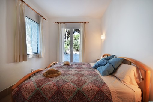 Dormitorio con acceso al patio