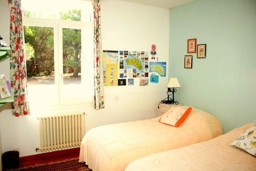 dormitorio con vistas al jardin