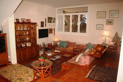 sala de estar abierta con 2 niveles