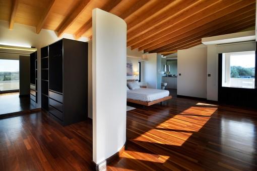 Fantástico dormitorio principal con vestidor