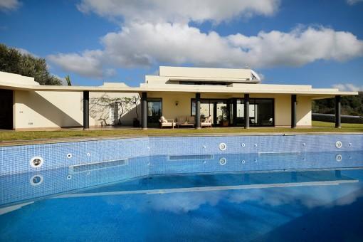Amplia piscina soleada