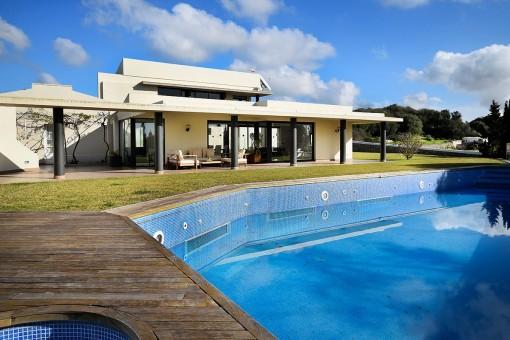 Jardín con piscina y terrazas