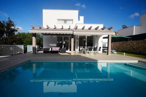 Villa con terraza cubierta