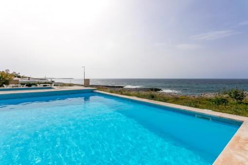 Piscina grande con vistas al mar