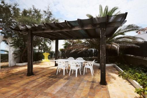 Terraza cubierta con área de comer