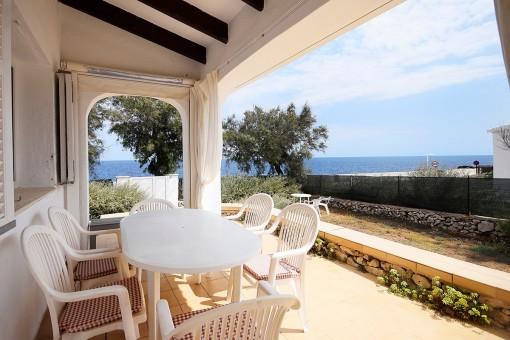 Chalet en primera línea de mar con piscina y jardín en S'Algar