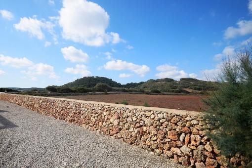 Jardín está rodeada con una muralla de piedras natural