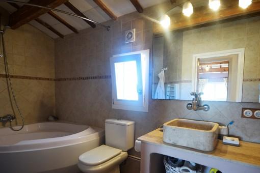 Baño con luz natural y bañera