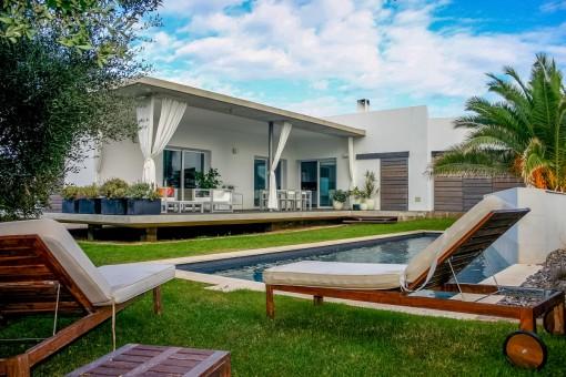 Villa modernista en Binibequer con jardín y piscina