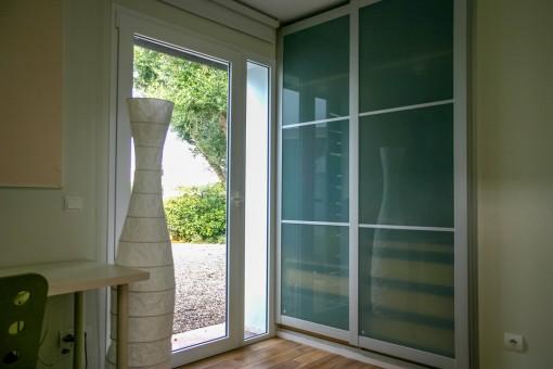 El dormitorio ofrece acceso al exterior