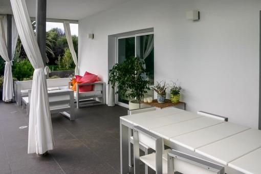 Hermosa terraza con zona de relax y comedor