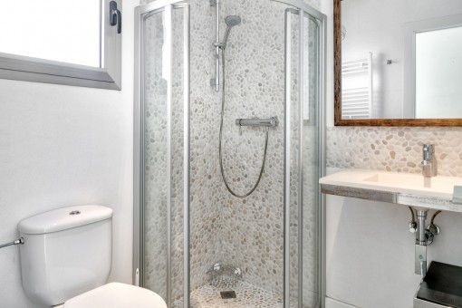 El tercer baño con una bonita pared de piedra