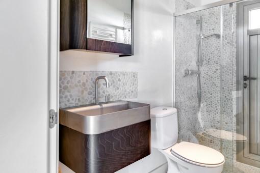 Elegante baño con ducha