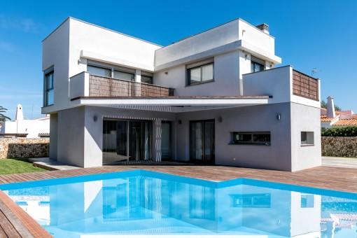 Villa unifamiliar moderna con piscina en...