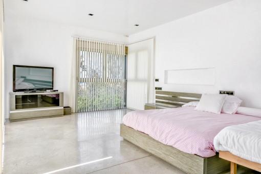 Espacioso dormitorio doble con luz natural