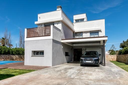 La villa está rodeada por un jardín y ofrece un garaje