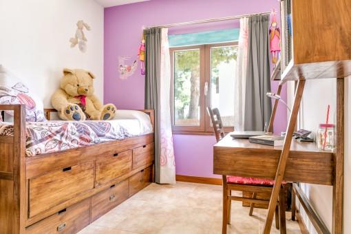 Dormitorio de niños con escritorio