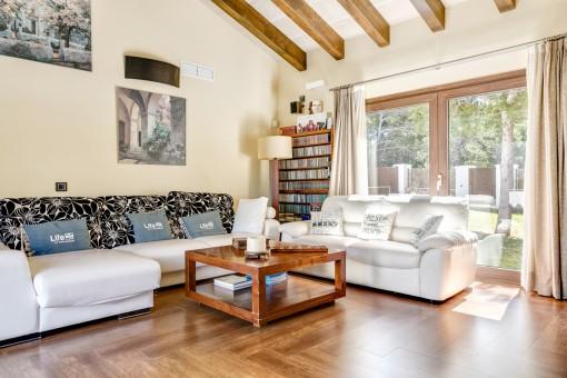 Atractivo sofá en la sala de estar