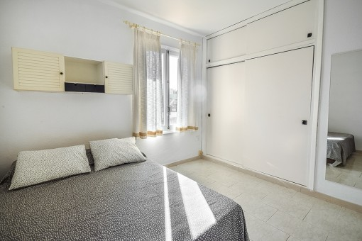 Luminoso dormitorio con armario empotrado
