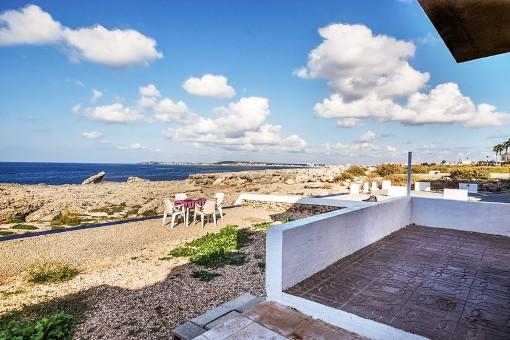 Porche con acceso a  la terraza y al mar