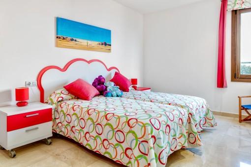 Dormitorio de huéspedes colorado
