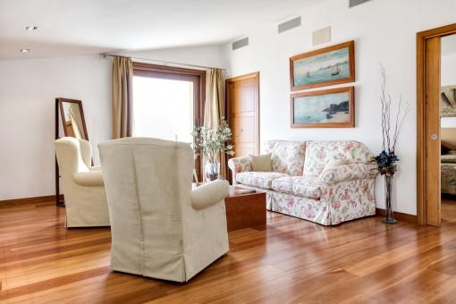 El dormitorio principal ofrece su propia sala de estar