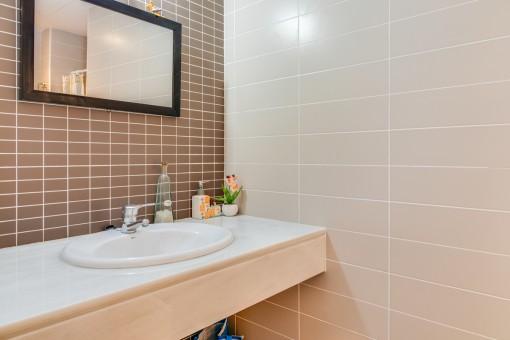 Uno de 2 baños modernos