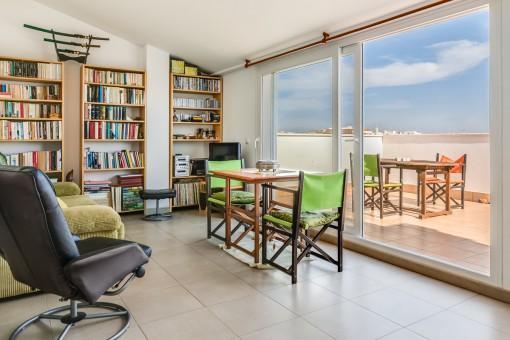 Luminosa sala de estar con terraza