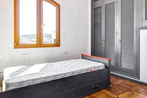 Dormitorio de huéspedes con armario empotrado
