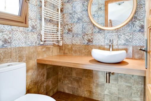 Encantadores azulejos del baño de huéspedes