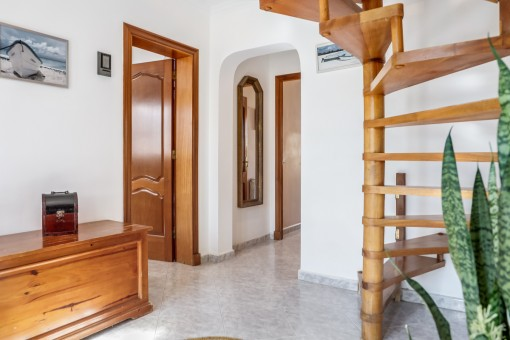 Corredor con escalera que lleva a la planta superior