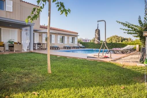 Jardín bien cuidado con piscina