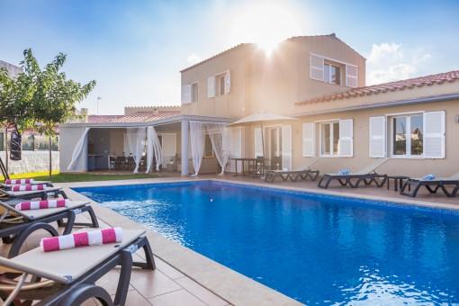 Bonito chalet con piscina y un solar grande en Mahón