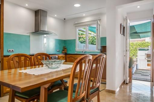 La cocina ofrece acceso al jardín