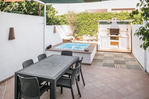 Gran piscina y comedor en el jardín