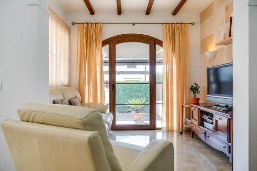 Lounge de televisión con vigas de madera