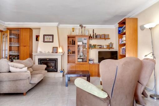 Vista alternativa de la sala de estar con chimenea
