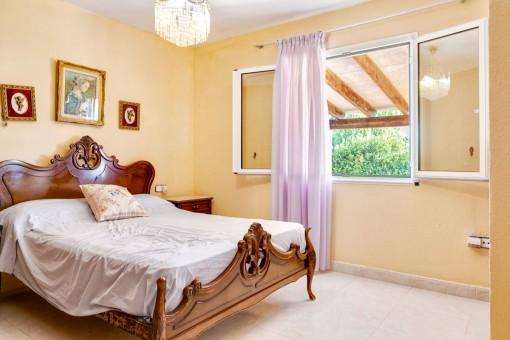 Habitación acogedora con cama doble
