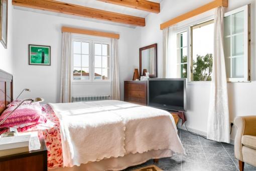 Hermoso dormitorio con vigas de madera