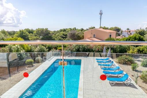 Vistas a la zona de piscina soleada