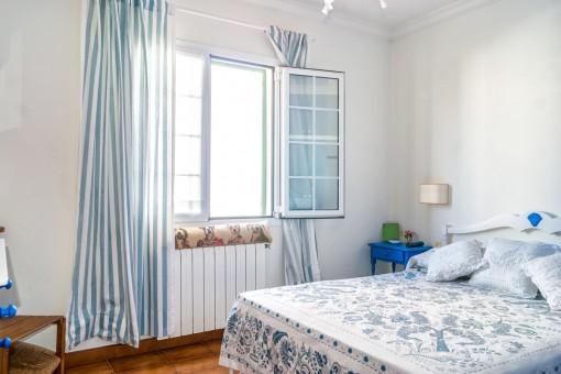 Luminoso dormitorio con calefacción