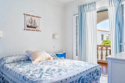 Hermoso dormitorio doble con acceso a la terraza