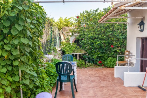 Un jardín bonito rodea la casa