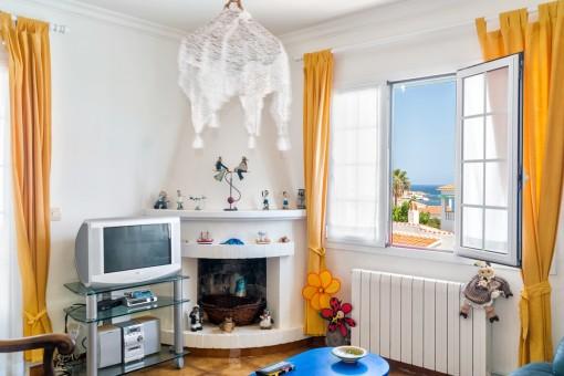 Sala de estar con chimenea y vistas al mar
