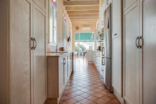 Cocina llena de luz con acceso a la terraza
