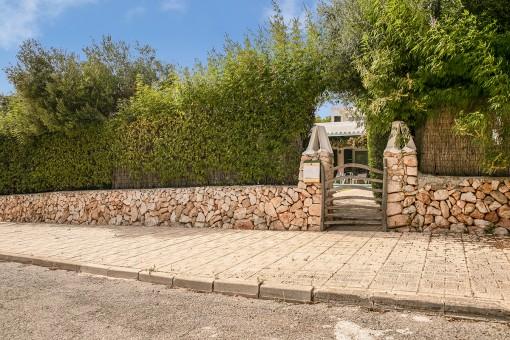 Acceso a la villa con pequeño muro de piedra