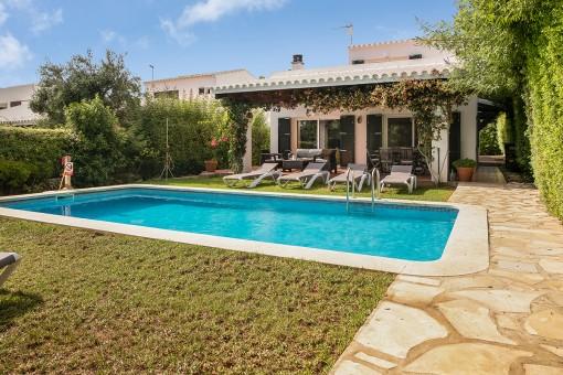 Preciosa villa con jardín, piscina y licencia de alquiler vacacional en Biniancolla